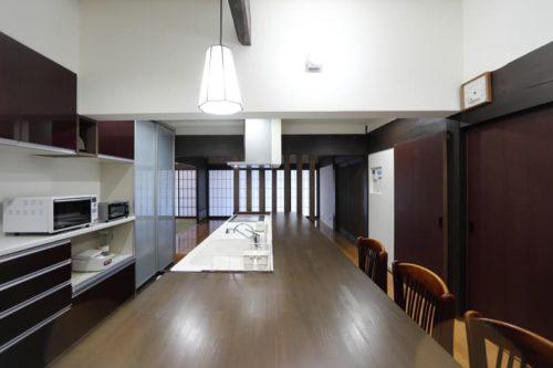 【アルファ建築空間 佐世保営業所】<br>重厚な空間を演出するレンガと<br>薪ストーブを楽しむ暮らし