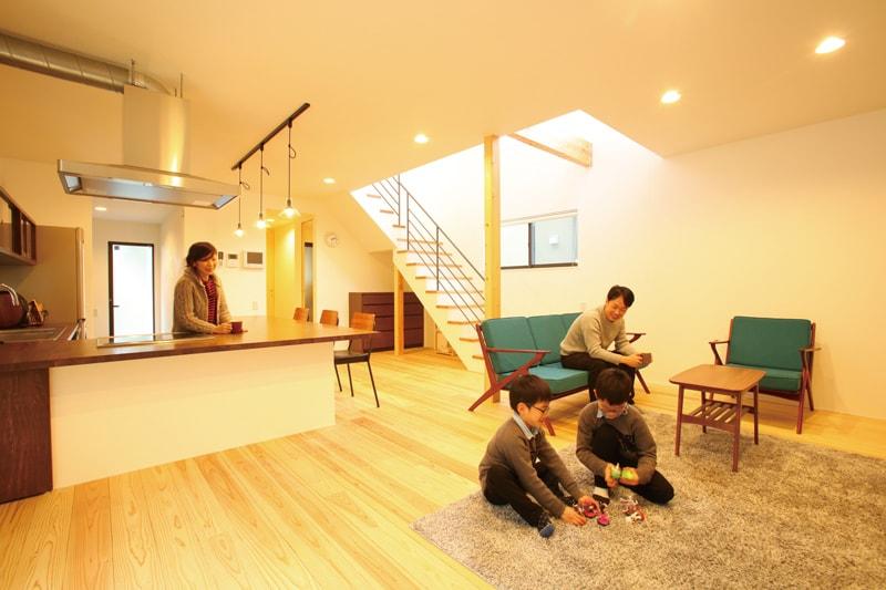 【山内住建】<br>洗練された開放的な空間に<br>家族や仲間の笑顔あふれる家
