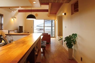 【イワモク 岩永木材一級建築士事務所】<br>光の魔法でスッキリ開放的に<br>家族の笑顔と喜びを結ぶ快適空間