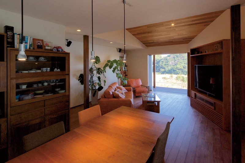 【上山建設】<br>温かな木の風情と<br>海の気配に満ちる家
