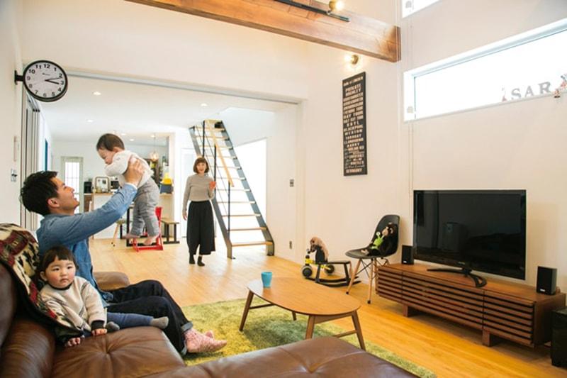 【喜々津ホーム】<br>木と漆喰に囲まれたシンプルな空間が<br>住人の感性を際立たせる